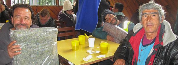 parroquia santa rita dona frazadas para personas del comedor
